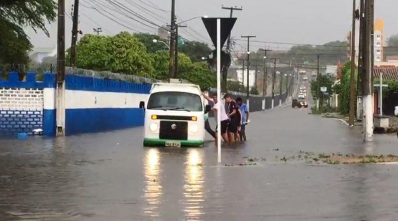 RN: Chuva causa alagamentos e deixa trânsito lento em Natal; confira pontos críticos